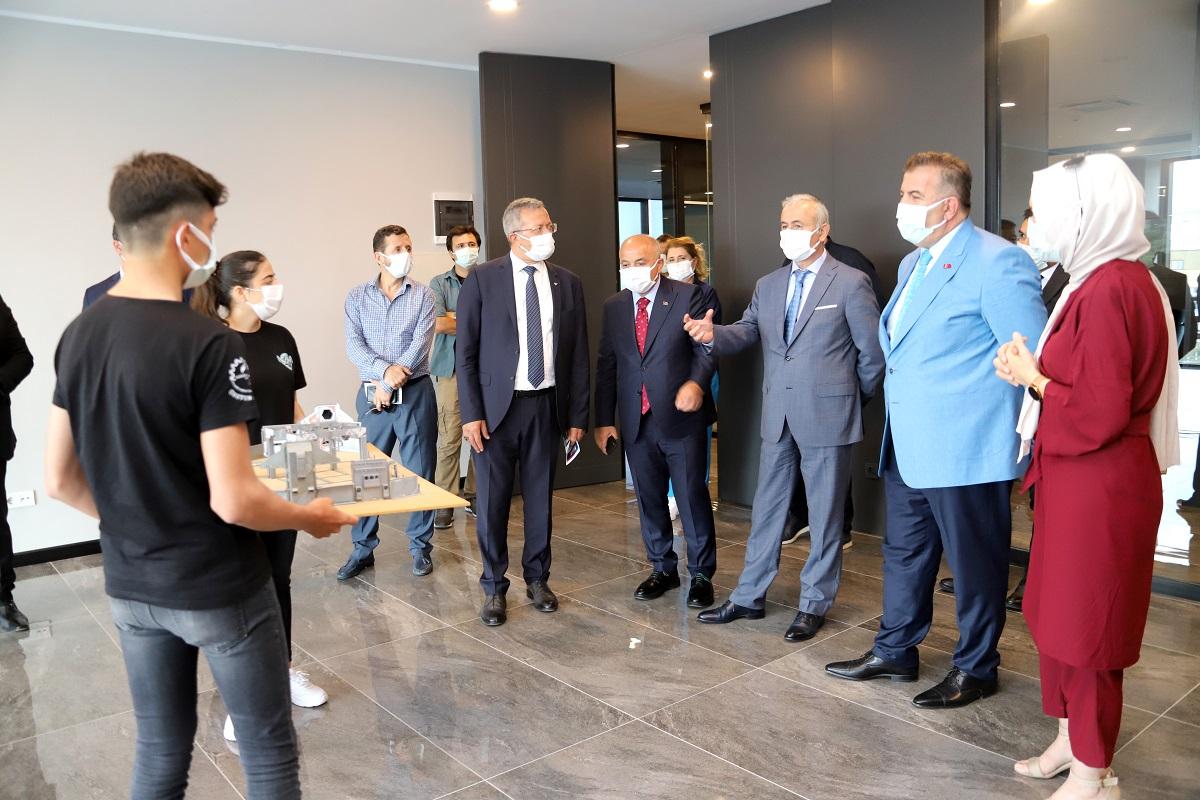 Milli Eğitim Bakan Yardımcısı Mustafa Safran, Mersin Model Fabrika ve İnovasyon Merkezi'nde incelemelerde bulundu.