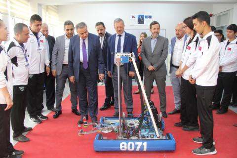 VALİ ALİ İHSAN SU, R3D3 ROBOT TAKIMININ ÇALIŞMALARINI İNCELEDİ